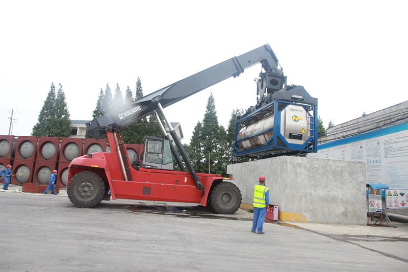 正面吊事故_总指挥指示立即启动应急预案,正面吊司机启动机器,将集装箱吊至
